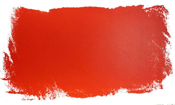 Pintando la pared. pintura con pintura roja, fondo blanco - foto de stock