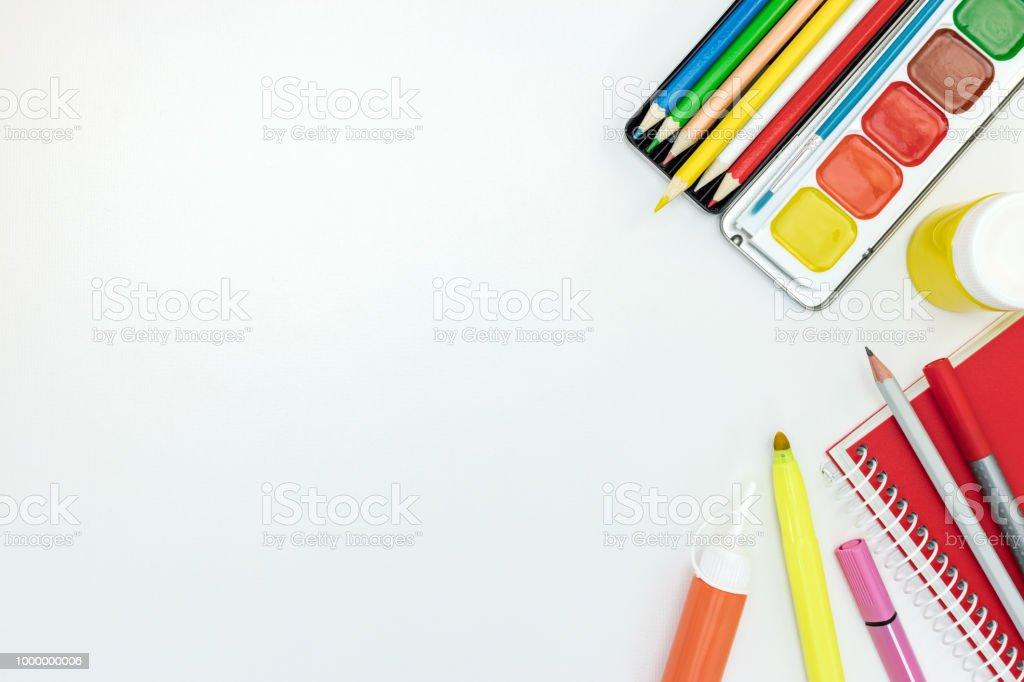 Malerwerkzeuge Für Schule Auf Weißen Schreibtischhintergrund