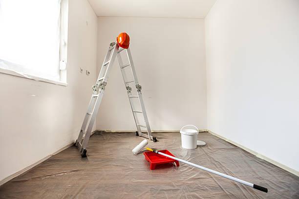 painting-tools in einem leeren raum bereit für renovierung - kunststoff behälter bemalen streichen stock-fotos und bilder