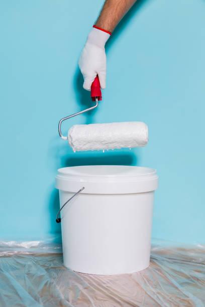 malerei-wand - kunststoff behälter bemalen streichen stock-fotos und bilder