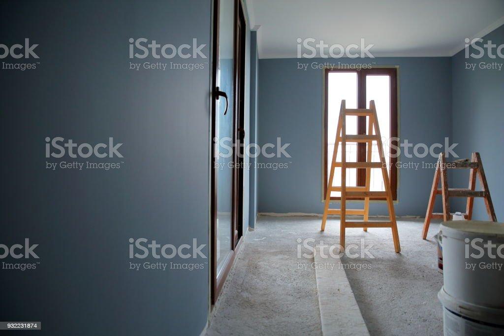 Gemälde die Wände von einem leeren Zimmer. – Foto