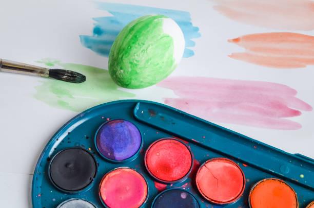malerei von weißen eiern für ostern closeup - schöne osterbilder stock-fotos und bilder