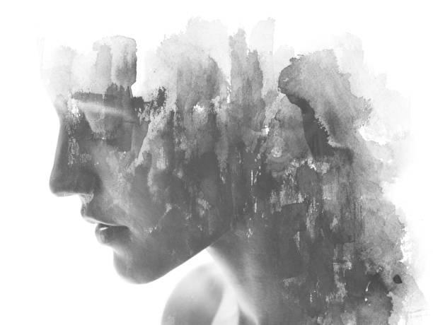 ペイントグラフィー。二重露光。手描きのインクと水彩画と組み合わせた魅力的なモデルをクローズアップし、黒と白を重ねるブラシストロークの質感を持つ - 憂鬱 ストックフォトと画像