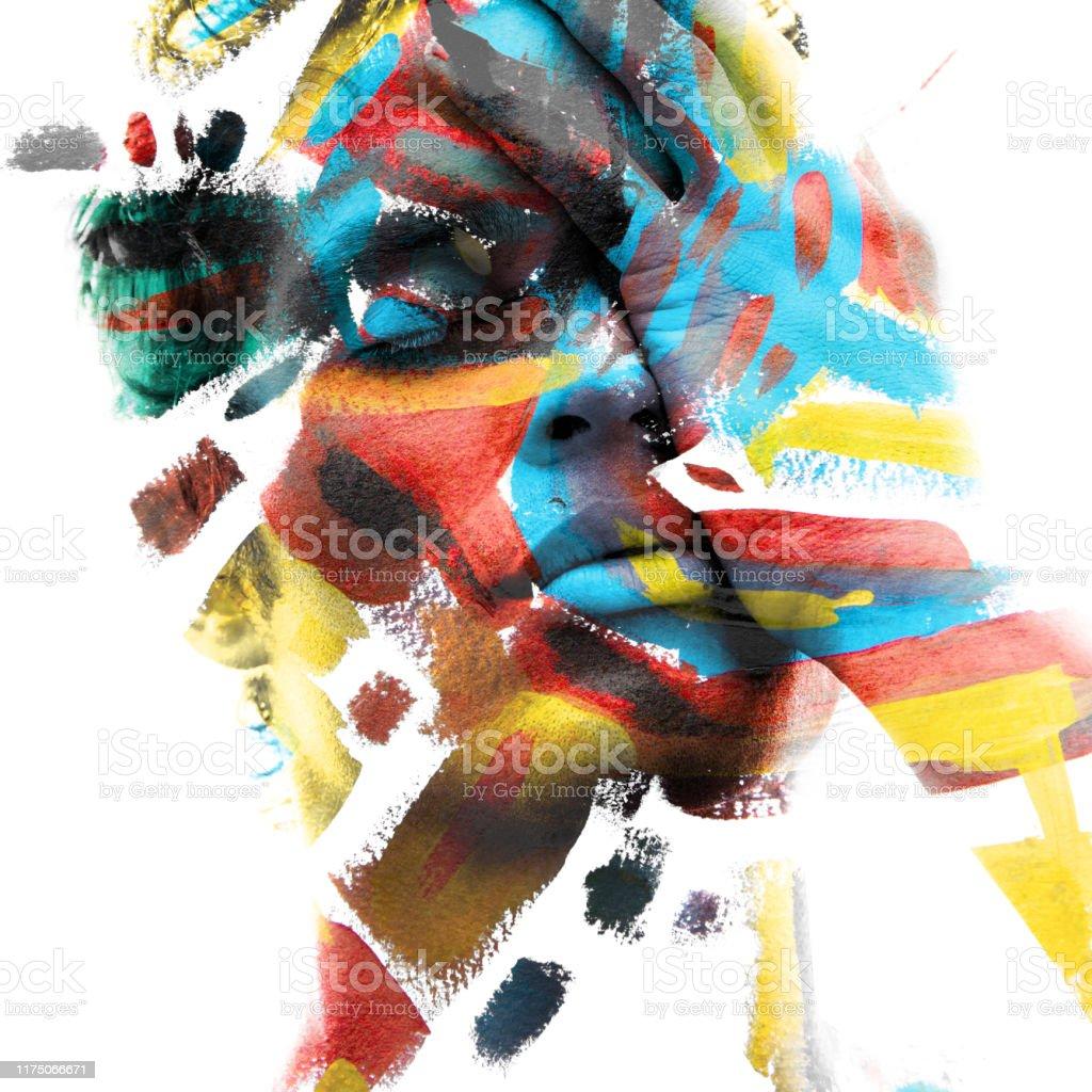 Paintography. Dubbele blootstelling van een aantrekkelijk mannelijk model met gesloten ogen en met de hand bedekt gezicht gecombineerd met kleurrijke hand getekende schilderijen - Royalty-free Abstract Stockfoto