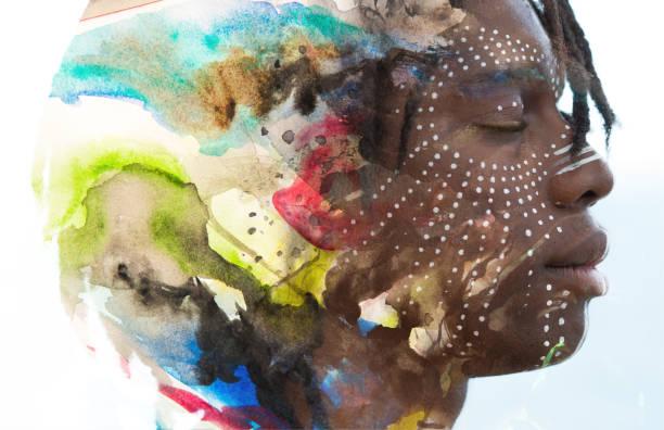 paintography. doppelte belichtung profilbildnis eines jungen afrikanischen mannes mit bemalung und dreadlocks kombiniert mit bunten strudeln eine auflösende wirkung - vorurteil stock-fotos und bilder