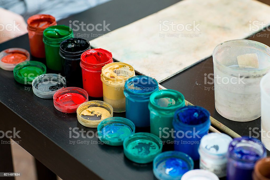 Paints and brushes are on the table foto stock royalty-free