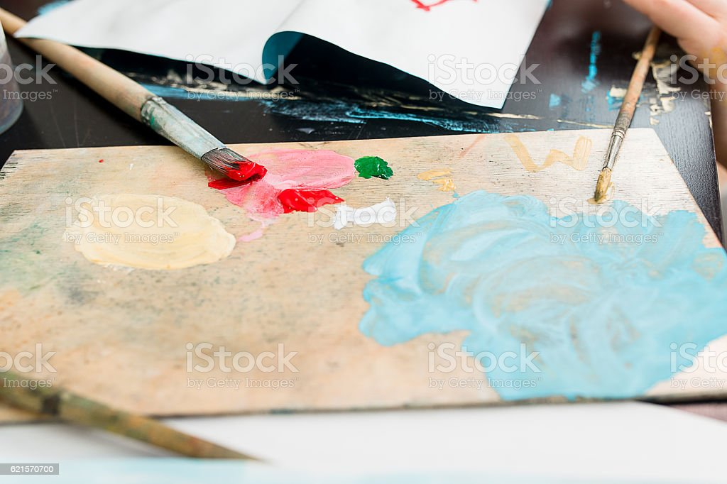 Paints and brushes are on the table photo libre de droits