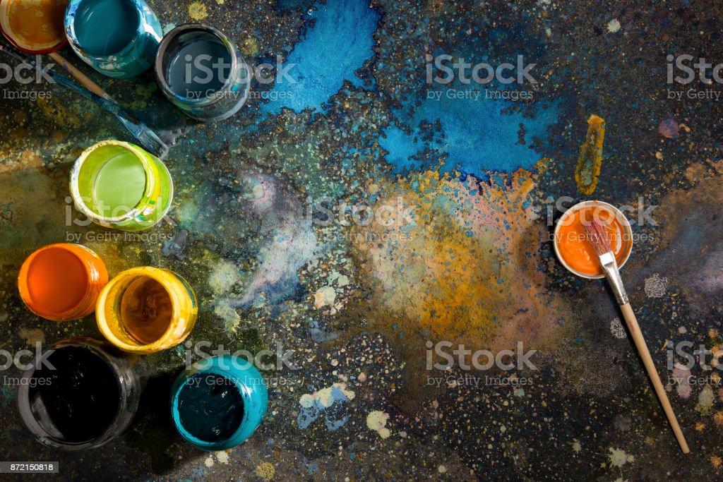 Durch die Zeit Zeichnung Dosen Farben und Pinsel auf einer Palette Farbe gesprüht – Foto