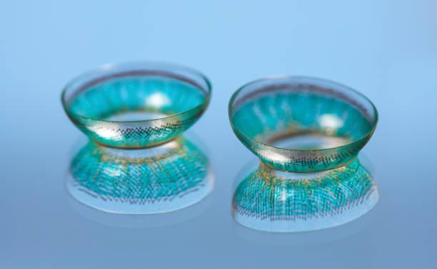 ein paar blaue kontaktlinsen - farblinsen stock-fotos und bilder