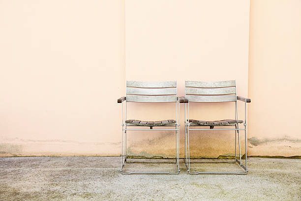 Paar Stühle in verwitterten konkrete Garten – Foto
