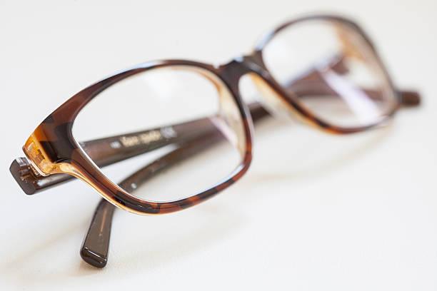 paar brille, schwarz und braun, isoliert objekt, nahaufnahme - klapprahmen stock-fotos und bilder