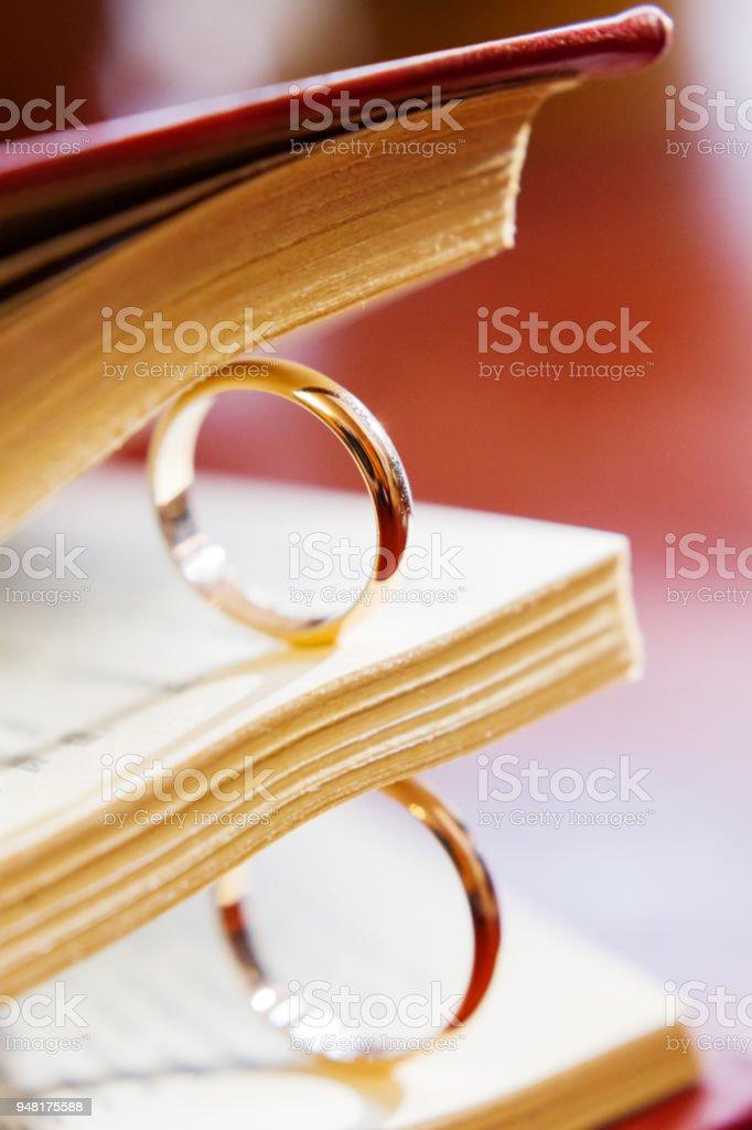Paar Goldene Hochzeit Ringe Zwischen Buchseiten Symbol Für