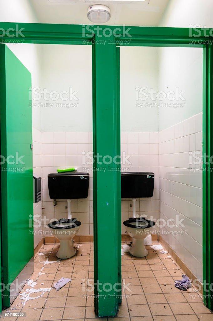 Paar schmutzige Toiletten mit Wurf – Foto