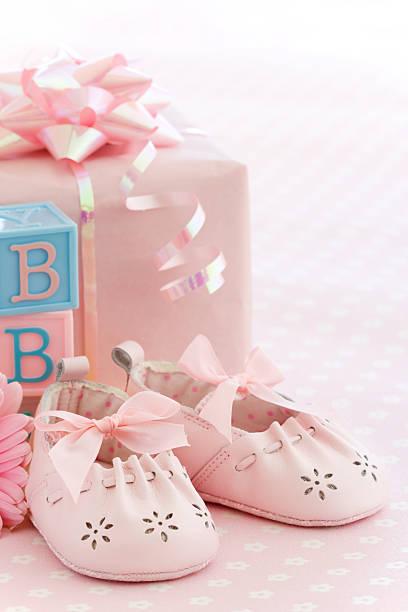 rosa babyschuhe - geschenk zur taufe stock-fotos und bilder