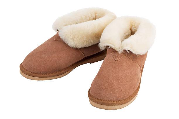 paar warme hausschuhe zu hause - lammfellstiefel stock-fotos und bilder