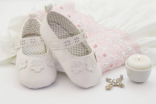 белые детские кроссовки с вышитыми крещение белом платье - крещение стоковые фото и изображения