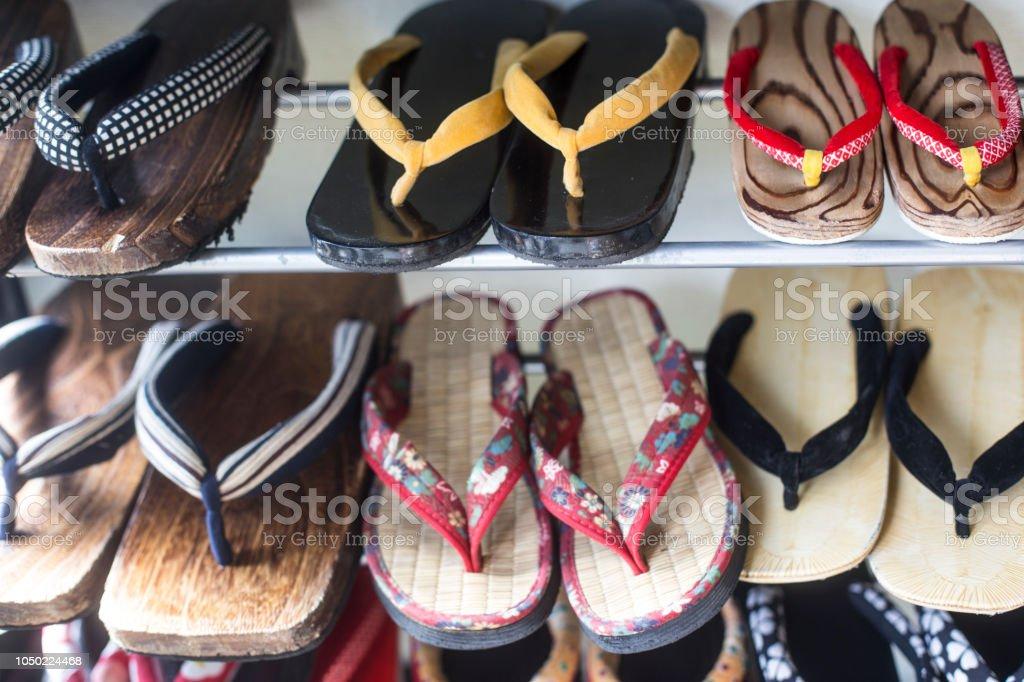 2dad6fdb0f par de sandálias de madeira. Grangeiro japonês. chinelos japoneses foto  royalty-free