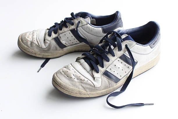 pair of worn, white vintage sneakers - typisch 90er stock-fotos und bilder