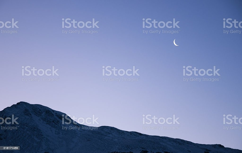 paisaje con luna menguante y montaña en ushuaia argentina - foto de stock