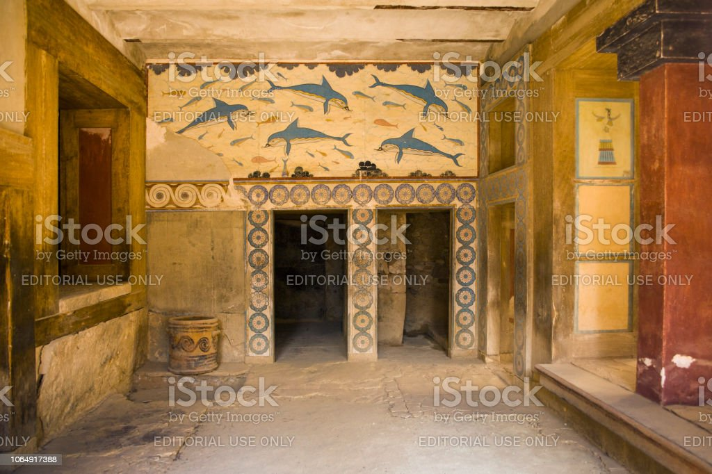 Palace of Knossos, Queen's chamber. Ancient frescoes on the walls, walls decorated with images of dolphins. The mysterious chamber of the goddess. – zdjęcie