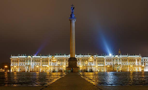 palastplatz mit dem eremitage - eremitage stock-fotos und bilder