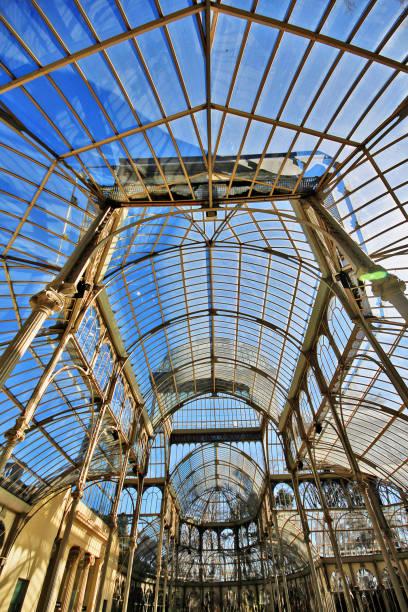 palacio de cristal (crystal palace), entstand eine struktur von glas und metall im jahre 1887 auszustellen flora und fauna aus den philippinen, in buen retiro-park (parque del buen retiro), madrid, spanien - engelportal stock-fotos und bilder