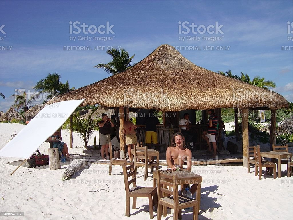 parasol en paille sur la plage de sable blanc de tulum mexique photos et plus d 39 images de. Black Bedroom Furniture Sets. Home Design Ideas