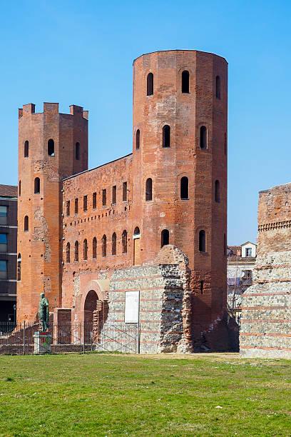 palatine towers dans le centre de turin, italie - palais buccal photos et images de collection