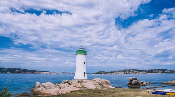 palau-leuchtturm am strand, palau nord sardinien, italien, punta faro - palau sardinien stock-fotos und bilder
