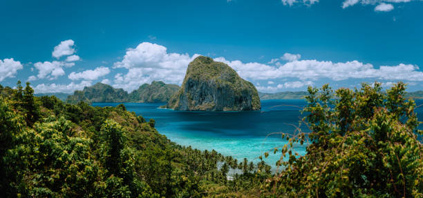 Palawan Archipelago. Panoramic shot of El Nido jungle coastline and amazing tropical Pinagbuyutan Island surrounded by Blue Ocean. Paradise travel concept destinations. Palawan Archipelago. Panoramic shot of El Nido jungle coastline and amazing tropical Pinagbuyutan Island surrounded by Blue Ocean. Paradise travel concept destinations. pinagbuyutan island stock pictures, royalty-free photos & images