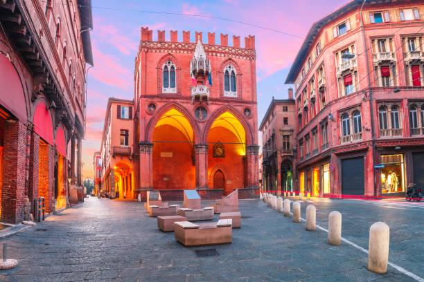 palazzo della mercanzia at sunset, bologna, italy - bolonia zdjęcia i obrazy z banku zdjęć