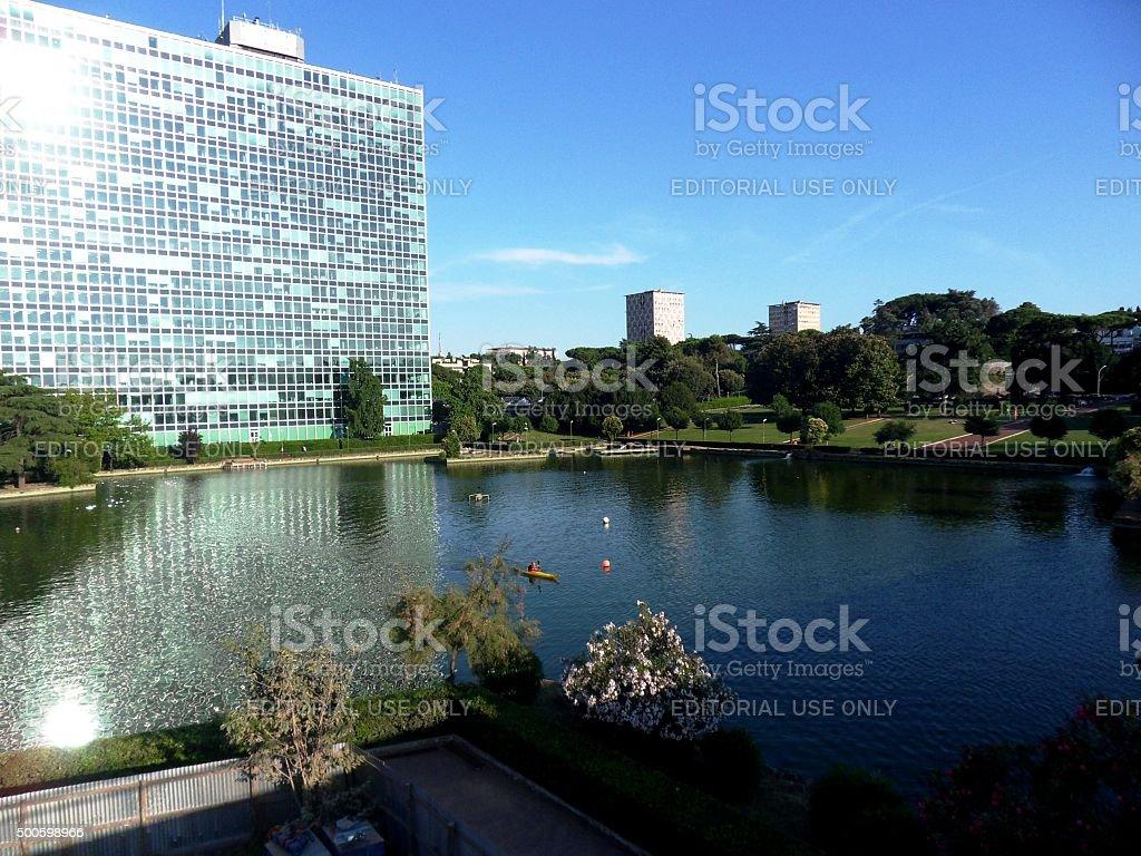 Palazzo dell'ENI e laghetto dell'EUR stock photo