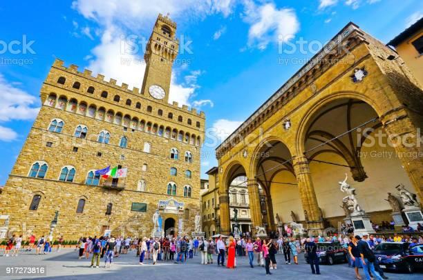 Palazzo vecchio on the piazza della signoria with lots of visitors in picture id917273816?b=1&k=6&m=917273816&s=612x612&h=w1dy8wjjwyatzx4j0ifllenqzalniu9izfb6 tiq88k=