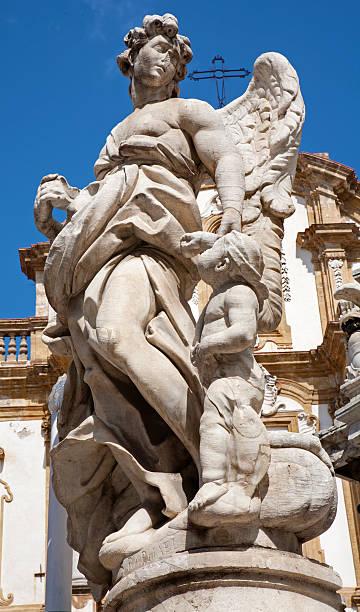 Palermo-estátua do anjo da coluna barroca - foto de acervo