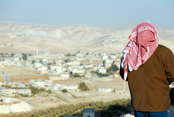 Palästinensische Mann Blick in die West Bank Landschaft von mithilfe einer Computersimulation den herodianischen – Foto
