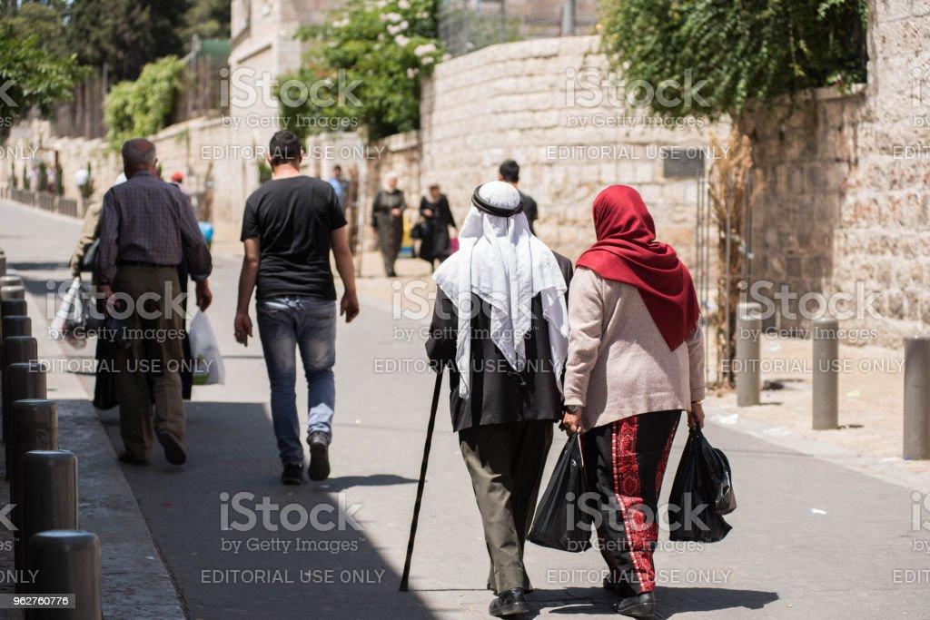 Palestinian Muslim people in Jerusalem - Foto stock royalty-free di Abbigliamento religioso