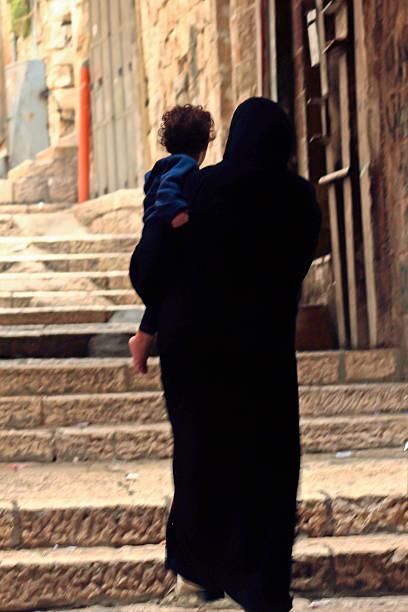 Palästinensische Frau und Kind auf einer Treppe in Jerusalem, Israel – Foto