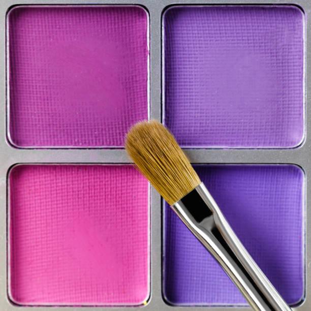 palette von rosa und lila lidschatten und make-up pinsel, ansicht von oben - lila augen make up stock-fotos und bilder