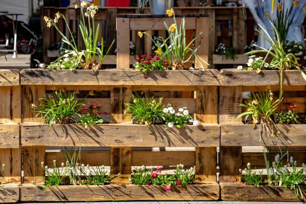 Palette-Dekoration mit Blumen – Foto