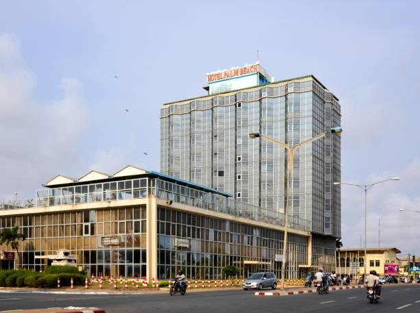 palm beach hotel and traffic on boulevard de la république, lomé, togo - république photos et images de collection