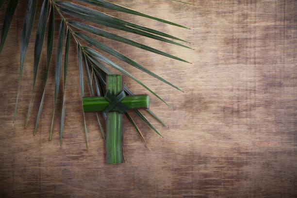 Palmsonntag-Konzept: Kreuzform aus Palmzweig auf antikem Holzhintergrund – Foto