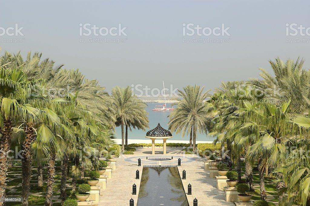 Palme e spiaggia presso l'area ricreativa dell'hotel, Dubai, Emirati Arabi Uniti foto stock royalty-free