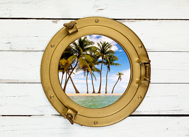 Palmeiras na Ilha visto através da janela vintage - foto de acervo