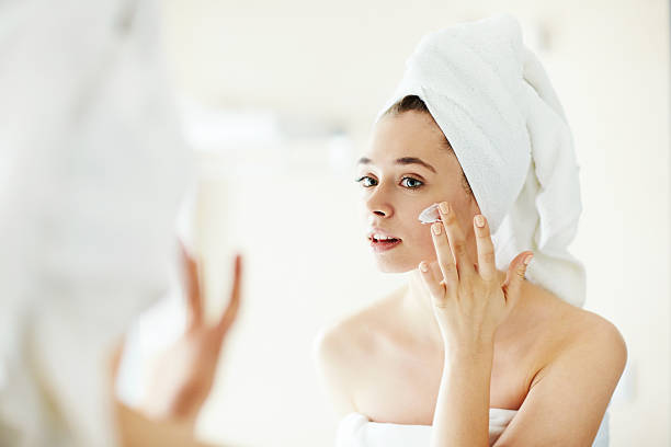 trattamento panna - prendersi cura del corpo foto e immagini stock