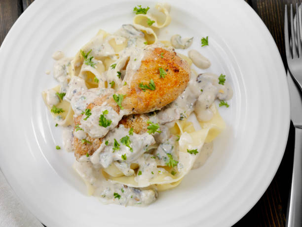 pan fried chicken in pilzsoße mit pappardelle - carbonara soße stock-fotos und bilder
