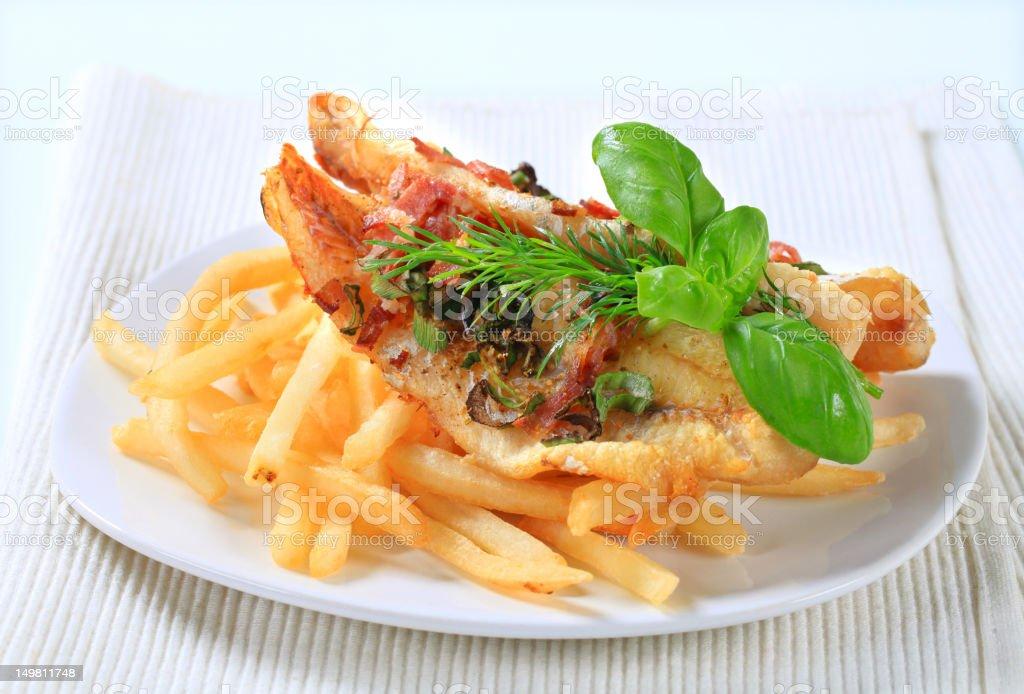 Filés de peixe frito com batatas fritas - foto de acervo