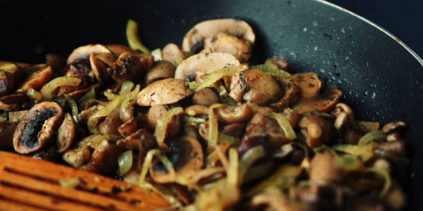 Schwenken Sie gebratene Pilze in Öl. Vegetarisches Gericht. – Foto