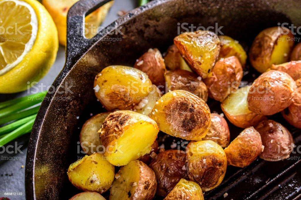 Pfanne Bratkartoffeln mit Meersalz in Gusseisen Pfanne – Foto