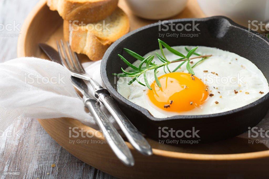 Pan of fried egg, crispy baguette and fruit jam foto royalty-free