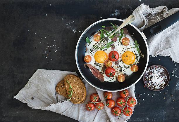 Pan mit Spiegeleiern, Speck und cherry-Tomaten mit Brot – Foto